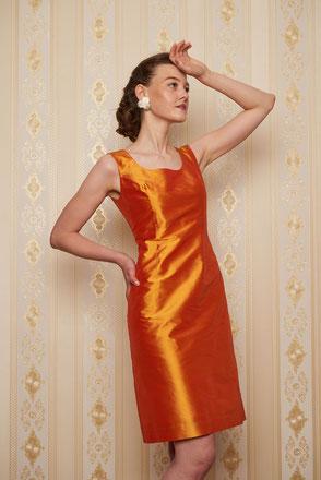 Kleid Carlotta, Etuikleid, reine Seide, orange-gold changierend. Elegant, klassisch und edel.