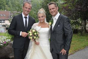 Ein weiteres tolles Brautpaar mit sichtlich stolzem Hochzeitssänger