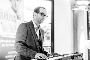 Lernen Sie, wie sehr Ihr kulinarisChristian Bruns arbeitet stets mit professionellen Begleitmusikern zusammen; hier: Jochen Götzmannches Erleben von Dinnermusik profitiert