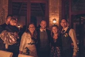 Begeistertes Brautpaar bei einer Candle-Light-Trauung