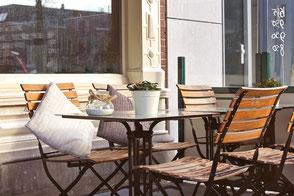 GRÜNE SULINGEN - Gewerbe & Gastronomie, Bistrotisch vor einem Café