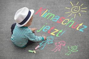 GRÜNE SULINGEN - Klimaschutz für ein Grünes Sulingen - Kind malt mit Kreide auf der Straße