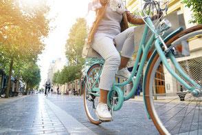 GRÜNE SULINGEN - Verkehrskonzepte für ein grünes Sulingen - Fahrradfahrerin in der Innenstadt