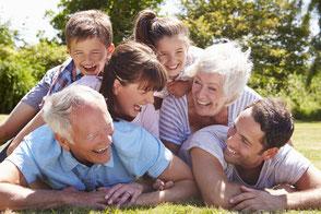 GRÜNE SULINGEN - Bildung & Soziales - Fröhliche Familie im Garten