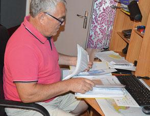 Pendant 10 ans, Jean Fontés a passé de longues heures assis à son bureau à rassembler ses souvenirs.