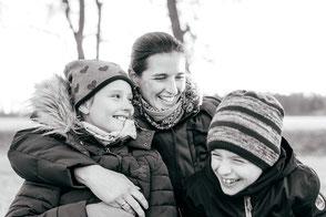 mutter-lacht-mit-kindern-authentische-familienfotos-spass-gute-laune-duesseldorf-duisburg-schwarzweiss