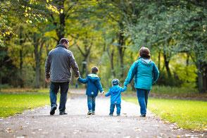 kinder-und-eltern-laufen-im-park-natuerliche-familienfotos-im-park-draussen-duisburg-familienshooting-duesseldorf