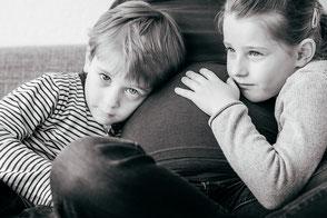 babybauchfotos-zu-hause-mit-geschwistern-kinderfotos-schwangerschaft-familienfotos-familienfotograf-duisburg-duesseldorf