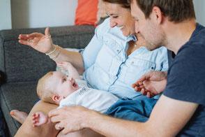 baby-mit-eltern-babyfotos-zu-hause-familienshooting-duesseldorf-duisburg-authentische-familienfotos-drinnen