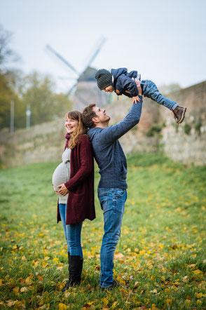 babybauchfotos-draussen-mit-der-familie-schwangerschaftsfotos-familienshooting-familienfotos-duisburg-duesseldorf