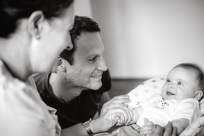 baby-schaut-mama-an-familienbilder-zu-hause-duisburg-duesseldorf