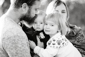 junge-familie-mit-zwei-kindern-familienfoto-mit-baby-familienfotograf-familienshooting-duesseldorf-duisburg