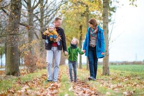 eltern-laufen-mit-kindern-beim-herbstlichen-familienshooting-familienfotograf-familienfotos-duisburg-duesseldorf