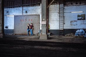 junges-verliebtes-paar-steht-im-industriehafen-moderne-ausgefallene-kreative-fotos-mit-partner-zu-zweit-paerchen-paarfotos-duesseldorf-duisburg