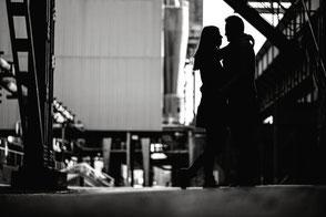 silhouette-eines-paerchens-fotos-zu-zweit-im-gegenlicht-fotos-mit-dem-partner-duesseldorf-duisburg
