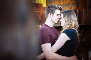 junges-paar-steht-sich-gegenüber-paarfotos-paerchen-fotos-mit-partner-paarfotograf-duisburg-duesseldorf-industrie