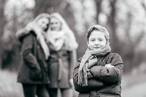 bruder-mit-grossen-schwestern-familienfotografie-geschwister-duesseldorf-duisburg