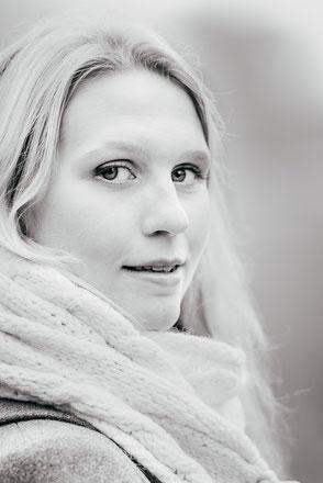 weibliches-portraet-draussen-im-winter-portraitfotograf-portraitfotos-duesseldorf-duisburg