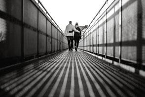 arm-in-arm-mit-dem-partner-verliebtes-paerchen-fotoshooting-zu-zweit-paarfotos-duesseldorf-duisburg