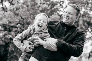 papa-und-sohn-haben-spass-lustiges-familienshooting-familienfotograf-familienfotos-duisburg-duesseldorf