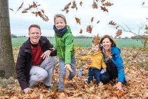 herbstliche-familienfotos-laub-blaetter-werfen-familienshooting-duisburg-duesseldorf