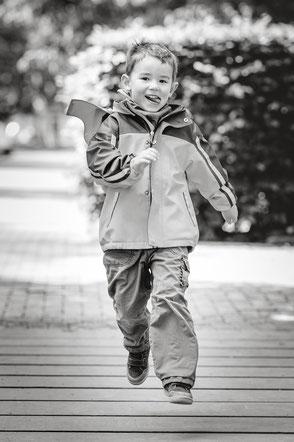 kind-hat-spass-beim-rennen-kinderfotograf-familienshooting-familienfotos-duesseldorf-duisburg