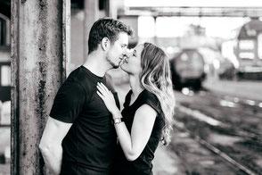 partnerfotos-zu-zweit-paerchen-liebe-moderne-paarfotografie-industrie-neuss-schwarzweiss