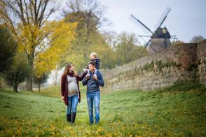 schwangerschaftsfotos-mit-kind-und-partner-babybauch-familienbilder-fotoshooting-kinderfotos-natuerliche-familienfotos-familienfotograf-draussen-outdoor-duisburg-duesseldorf