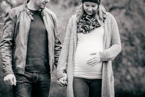 schwangerschaft-natuerliche-babybauchfotos-mit-partner-duesseldorf-duisburg
