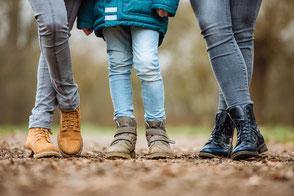 geschwister-halten-zusammen-schwestern-mit-bruder-familienfotos-familienfotograf-draussen-im-park-duisburg-duesseldorf
