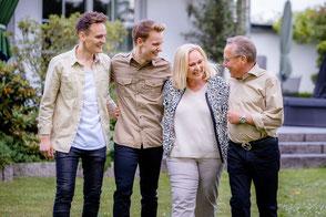 froehliche-familie-laeuft-zusammen-familien-fotoshooting-outdoor-draussen-familienfotos-duesseldorf-duisburg