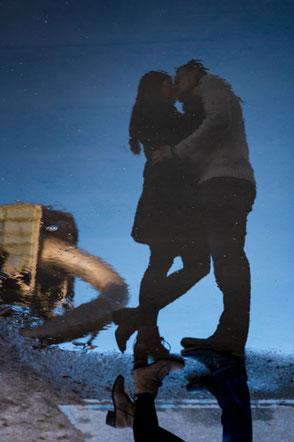 spiegelbild-junges-paar-im-abendlicht-moderne-paarfotos-duesseldorf-duisburg-liebe-paerchenshooting-fotos-zu-zweit-mit-dem-partner