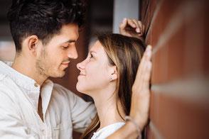 junges-paar-schaut-sich-verliebt-an-liebe-fotos-mit-partner-paerchen-paarfotograf-zu-zweit-duisburg-duesseldorf-paarfotos