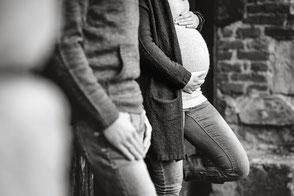 moderne-babybauchfotos-fotoshooting-mit-partner-draussen-zu-zweit-duisburg-duesseldorf-familienfotograf-familienfotos