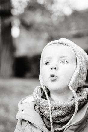 winterliches-kinderfoto-draussen-familienfotograf-familienfotos-familienshooting-duesseldorf-duisburg