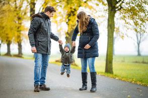 herbstliches-babybauch-fotoshooting-mit-kind-und-partner-schwangerschaft-familienfotos-familienbilder-duesseldorf-duisburg