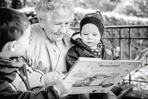 uroma-mit-enkeln-babyfotos-draussen-im-park-familienfotos-familienshooting-grosseltern-familienfotograf-duisburg-duesseldorf