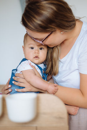 mama-mit-baby-babyfotos-zu-hause-familienshooting-familienfotos-duesseldof-duisburg