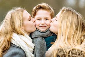 bruder-wird-von-schwestern-gekuesst-familien-geschwister-fotos-duesseldorf-duisburg-familienbilder-familienshooting