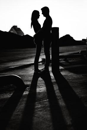 paerchen-sieht-sich-an-fotos-zu-zweit-paar-im-gegenlicht-silhouette-duisburg-duesseldorf-paarfotoshooting-paarfotos