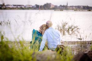 babybauch-fotoshooting-am-rhein-mit-partner-schwangerschaft-outdoor-draussen-duesseldorf-duisburg-familienfotograf
