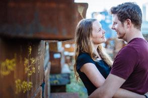 paar-schaut-sich-an-kreative-paarfotografie-zu-zweit-duesseldorf-duisburg-industrie-fotos-mit-partner