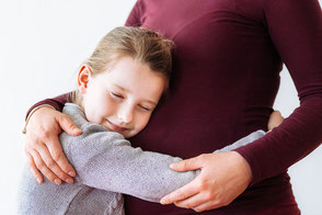tochter-umarmt-mama-mit-babybauch-schwangerschaft-babybauchfotos-mit-kindern-duisburg-duesseldorf