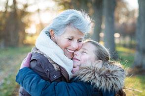 authentische-liebevolle-familienfotografie-familienfoto-mit-kind-und-oma-duesseldorf