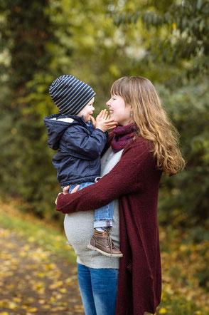 schwangere-mama-haelt-sohn-auf-dem arm-babybauchfotos-kinderfotos-babybauch-mit-kind-familienfotos-duisburg-duesseldorf