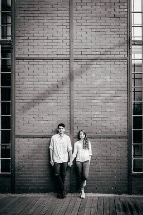 junges-paar-sie-haelt-seine-hand-fotos-mit-partner-urbane-moderne-paarfotos-draussen-outdoor-zu-zweit-fotoshooting-duesseldorf-duisburg-familienfotograf