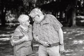 grosseltern-oma-und-opa-schauen-sich-lustig-an-familienbilder-urgrosseltern-mehrgenerationen-fotoshooting-duesseldorf-duisburg