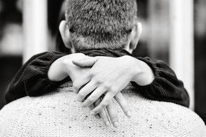 verliebtes-paar-umarmt-sich-paerchenshooting-fotos-zu-zweit-mit-dem-partner-duesseldorf-duisburg