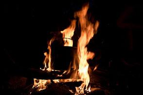 Lagerfeuer im dunkeln mit Topf