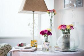 Zwei Blumenvasen auf dem Tisch
